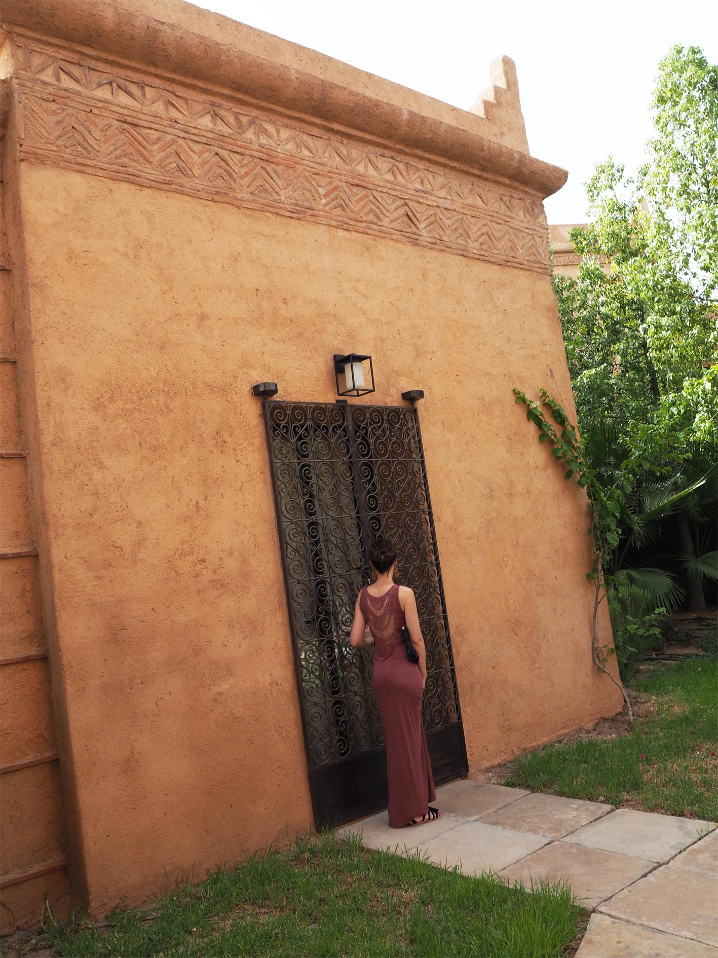 look été robe longue ocre devant une villa à marrakech