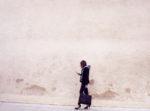 femme women mur rose poudre association melange des style trend tendances femme 2017 talon san marina jean vers mode veste mecs sport chic generation y iPhone 7 instagram girlboss leadership féminin pensée positive