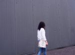 look casual simple efficace bohemian boheme sac lifestyle fame women designer jean blouse blanche a pompon basket kaki nike cheveux frises bruns