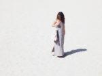 look boheme look de plage mohanita creations femme fashion mode robe argentine pimkie bijoux ethniques pieds nus peau bronzée sac cuir bohème beige clair frange designer