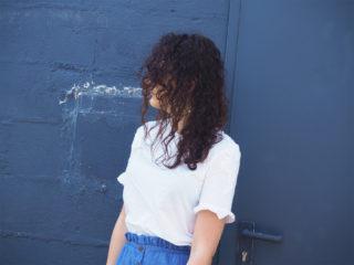 look vacances ete kiabi soldes tee shirt beige dentelle jupe en coton bleu boucles oreille et lunette prettylittlething femme mode holidays vacay